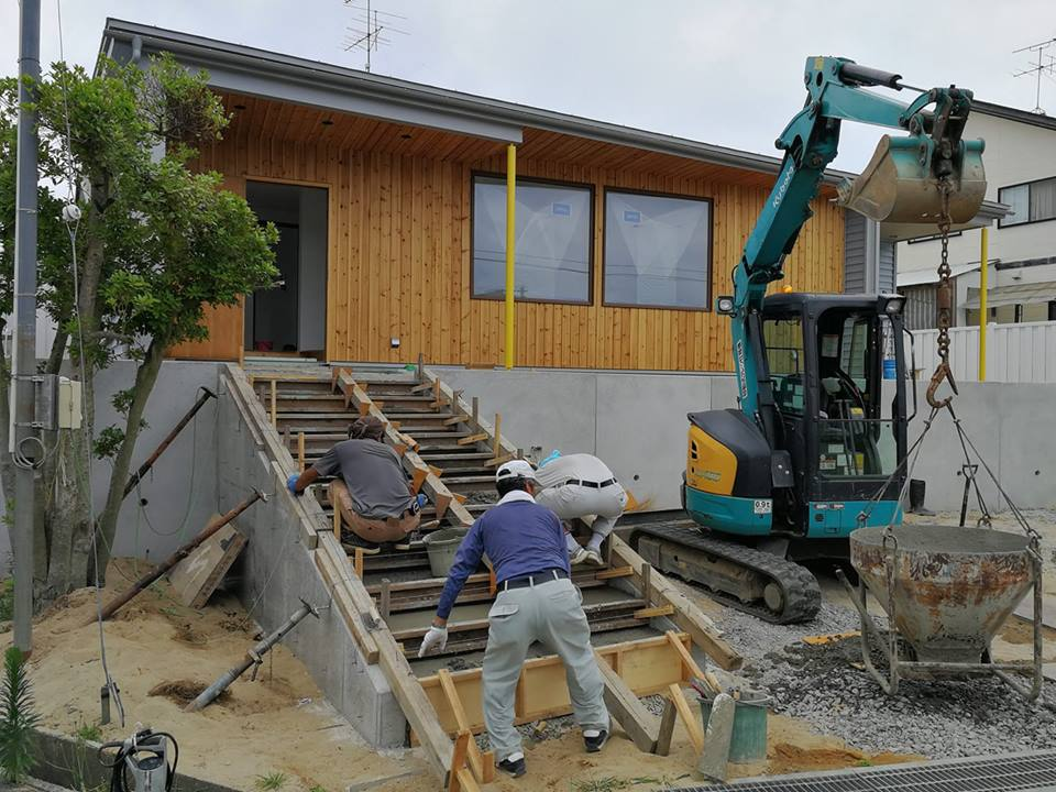 外部階段施工中。